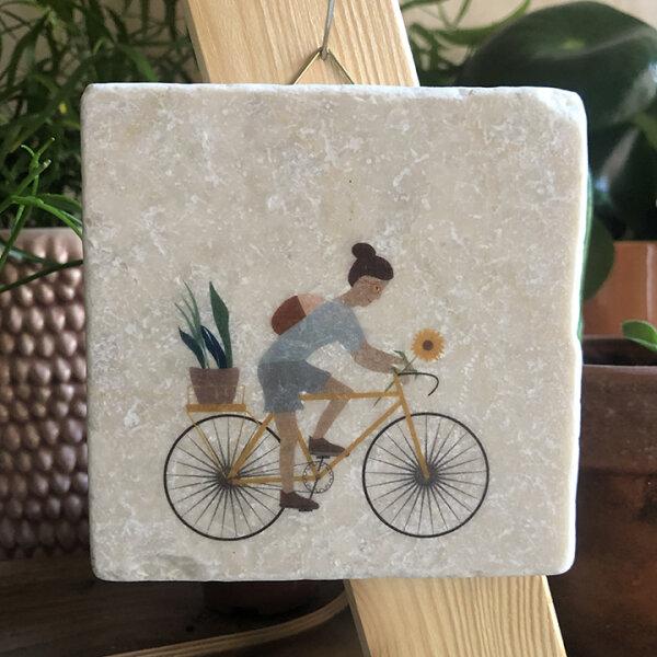 Fahrradfahrerin mit gelben Blumen