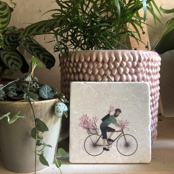 Radfahrer mit rosa Blumen